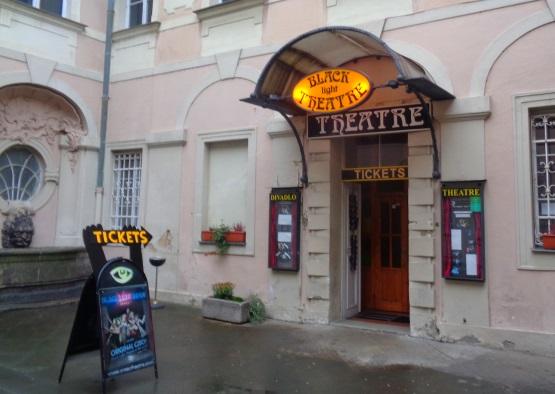 Schwarzlichttheater in Prag Eingang